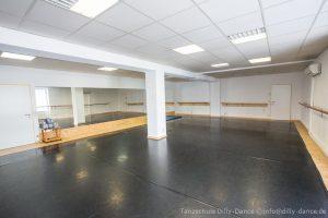Kleiner Tanzsaal Tanzschule Dilly-Dance in München-Westpark. 90 m², 18 m Ballettstange, eine große Spiegelwand, Schwingboden und Tanzteppich