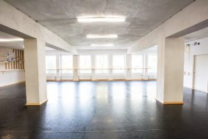 Großer Tanzsaal Tanzschule Dilly-Dance in München-Westpark. 120 m², 25 m Ballettstange, eine große Spiegelwand, Schwingboden und Tanzteppich